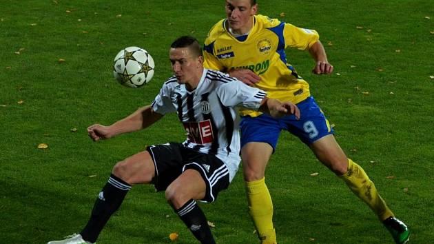Pavol Poliaček (na snímku z duelu se Zlínem bojuje s Holíkem) věří, že Dynamo v Karviné uspěje.