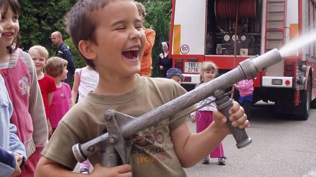 Předškoláci měli z návštěvy hasičů obrovskou radost.