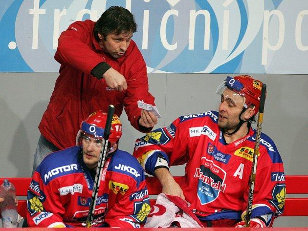 Josef Jandač udílí na střídačce HC Mountfield pokyny Tomáši Vakovi, vlevo je nejproduktivnější hráč týmu Viktor Hübl. Ve středu nastoupí Jihočeši proti Vítkovicím (17.30).