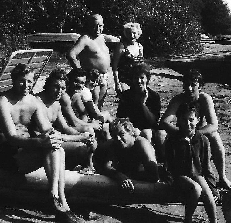 Ze společného soustředění členů spolku na Lipně v Jenišovicích (1973). Slunce, voda a dobrá parta, co více si přát?