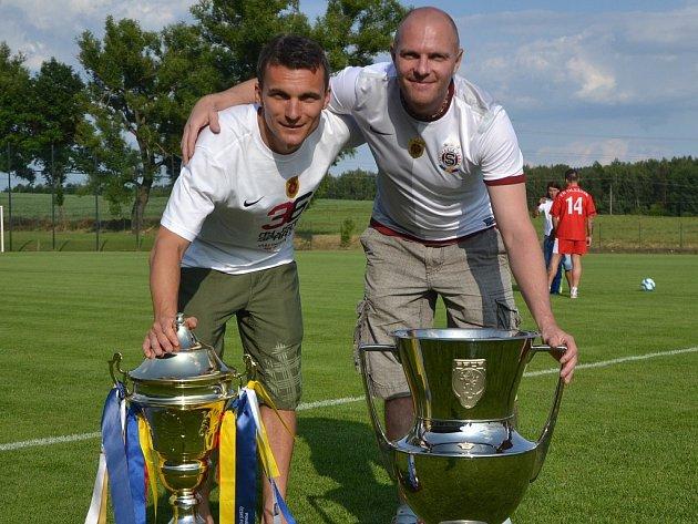 V Olešníku se na sobotní zápas s Netolicemi ohlásil slavný rodák David Lafata (na snímku z loňské návštěvy je spolu s domácím kynonýrem Zbyňkem Rysem).