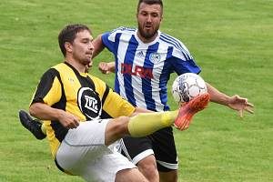 Jakub Barda v zápase Milevska v Blatné bojuje s domácím Filipem Čadkem. O víkendu fotbalové soutěže v kraji pokračují.