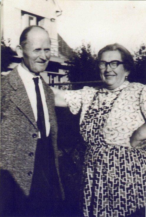 Ladislav Havel, jihočeská legenda, která naučila hrát na housle stovky žáků včetně Pavla Šporcla, slavil 22. května 2015 své 90. narozeniny. Na snímku jeho rodiče.