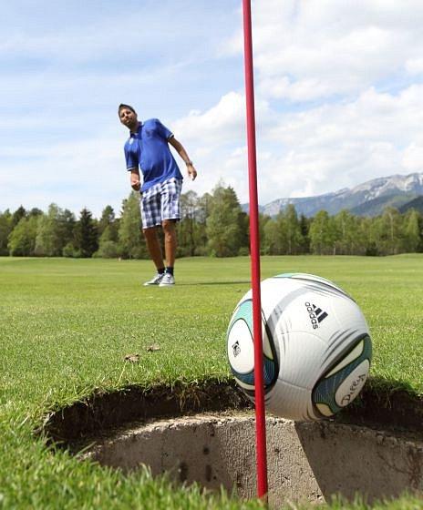 Hrají fotbalový golf.