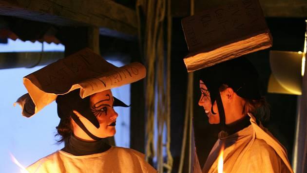 Nejtajnějšími zákoutími nočního města vás budou provázet dvě  zásadní postavy sestry Pověst a Historie.