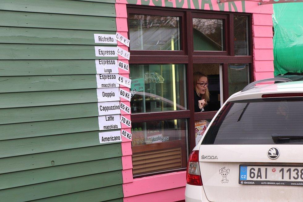 Nová drive-in kavárna v Českých Budějovicích začala fungovat v posledních dnech na ulici Litvínovická na výpadovce na Český Krumlov.