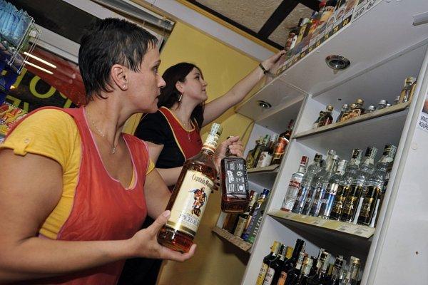 Prodavačky vobchodech začaly vpátek večer kvůli prohibici vyklízet lahve tvrdého alkoholu.