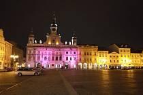 Také České Budějovice se přidaly k preventivní zdravotnické kampani Mamma HELP a historická radnice se opět září růžovou barvou.