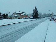 Do pátečního rána opět na jihu Čech vydatně nasněžilo. Což přineslo i řadu dopravních komplikací. Zejména na Prachaticku a Českokrumlovsku jsou i zavřené některé silnice kvůli popadaným stromům. .Snímky jsou z Lišova.
