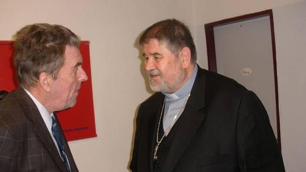Jan Sokol s biskupem Jiřím Paďourem při návštěvě Českých Budějovic.