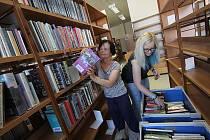 Těla si v následujících dnech protáhnou pracovnice pobočky Jihočeské vědecké knihovny ve Čtyrech Dvorech. Do krabic musejí naskládat 28 tisíc knih, které pak pracovníci stěhovací firmy přemístí do nových prostor pobočky v budově ZŠ Emy Destinové