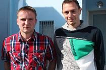 Strážníci Radek Pečený (vlevo) a Petr Leština pomohli muži, jenž chtěl ukončit svůj život podřezáním žil ve vaně.