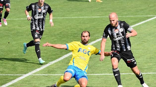 Fotbalisté Dynama v ligové premiéře porazili Teplice 1:0 (na snímku Martin Králik odvrací před teplickým Davidem Ledeckým).
