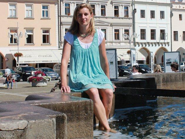 Šárka Znamenáčková pózuje před startem mistrovství Evropy v raftingu v Loučovicích na českobudějovické kašně.