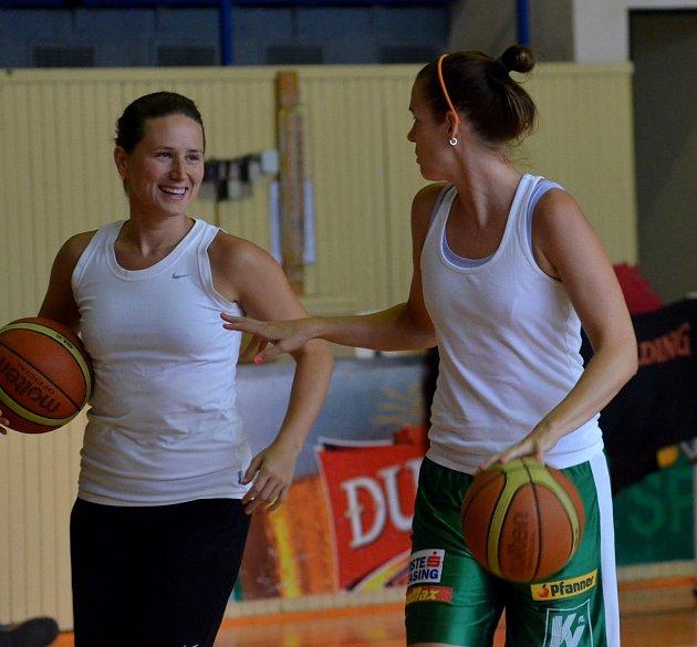NOVÁ TVÁŘ A KAPITÁNKA. Slovenka Dagmar Chlebovcová (vlevo) posílila strakonické basketbalistky pro novou sezonu. Na snímku spolu s loňskou kapitánkou Zuzanou Mračnovou.