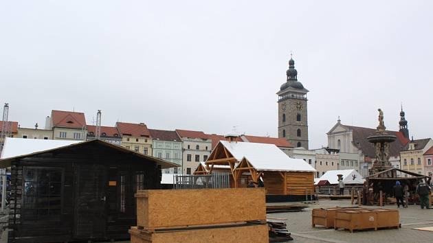 V neděli v Českých Budějovicích nasněžilo, ale jen opticky. Jak ukazují snímky ze vznikajícího adventního tržiště, některé objekty už jsou pod bílou plachtou.