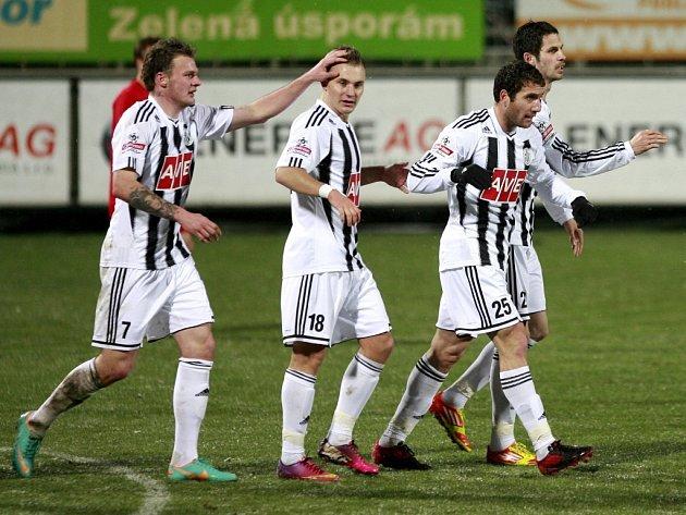 Řezníček, Hora a Javorek blahopřejí Mchojanovi k jeho gólu proti Brnu. Kdo z fotbalistů Dynama se v pátek trefí na Dukle?