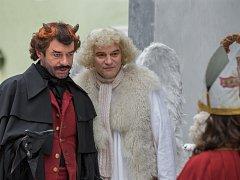 Pohádka Anděl Páně 2 se natáčela i v Českém Krumlově. Hlavní role mají Ivan Trojan (anděl Petronel) a Jiří Dvořák (čert Uriáš), oba na snímku z krumlovského natáčení. Budějovická předpremiéra je 27. listopadu v multikině CineStar.