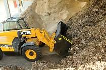 Ekobriket společnost EKOPALIVO BOHEMIA vyrobí ročně na pět tisíc tun. Snímek zachycuje nakládání a převoz dřevní biomasy do výroby.
