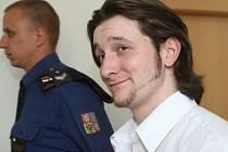 Obžalovaný Roman D. na cestě do jednací síně.