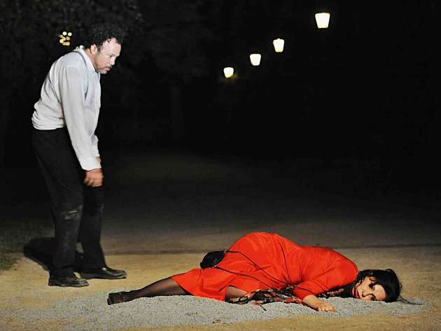 Jihočeské divadlo uvádí před otáčivým hledištěm vČeském Krumlově operu Carmen. Poslední repríza je 26.července. Na snímku jako Carmen Šárka Hrbáčková a Lázaro Calderón jako Don José.