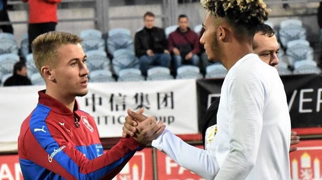 Filip Havelka se před mezistátním utkáním Česko – Anglie U20 zdraví s kapitánem anglického týmu Lloydem Kellym.