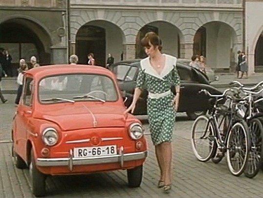 Záběr zfilmu Muka obraznosti. Dáša Bláhová parkuje před hotelem Slunce.