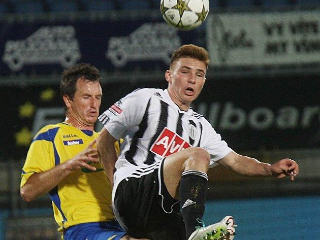 Zdeněk Linhart v zápase Dynama se Zlínem bojuje o míč s hostujícím Železníkem.