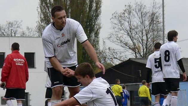 Na podzim Kamenný Újezd ve Čtyřech Dvorech pod novým trenérem Frnkou poprvé v sezoně vyhrál. O minulém víkendu se stejným soupeřem venku nebodoval, a tak ztrácí šance na záchranu v I. A.