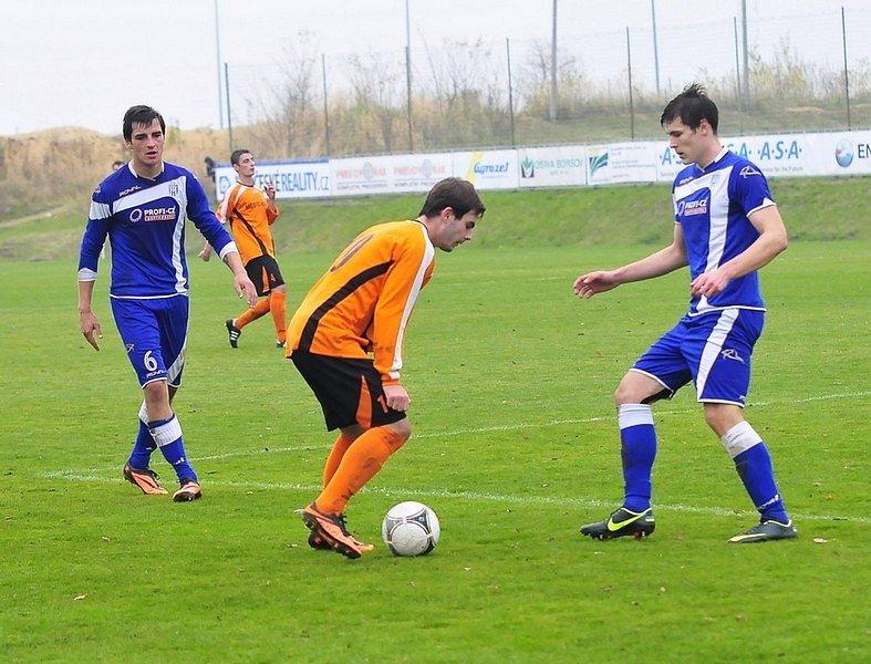 PROSADIL SE. Jan Boček (s míčem u nohy) si dělal s obránci Strakonic co chtěl.
