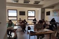 K maturitě se v rouškách připravují i studenti českobudějovické konzervatoře.