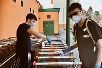 Studenti ve spolupráci s městem pomáhají. Nakupují seniorům, dezinfikují nákupní košíky či střihají materiál na roušky pro potřebné.