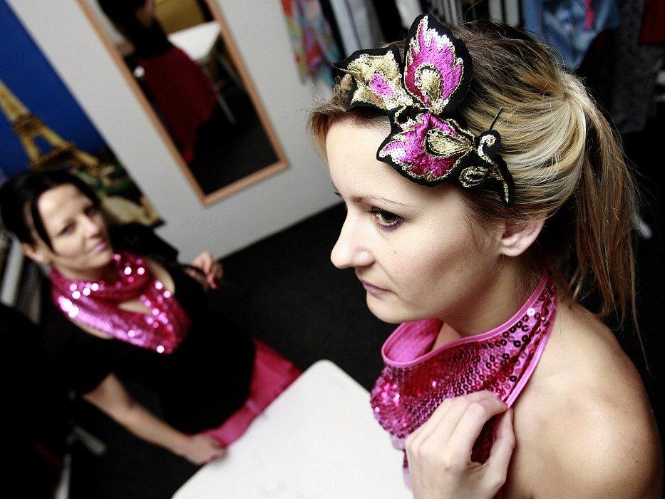 Oděvní výtvarnice Nicole Matéffy z Českých Budějovic (vlevo), ušila svou první valentýnskou kolekci. Na snímku vpravo modelka Zuzana Plávková.