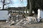 Následky orkánu Kyrill a následných větrných poryvů na počátku roku 2007. Hřbitov Žumberk.