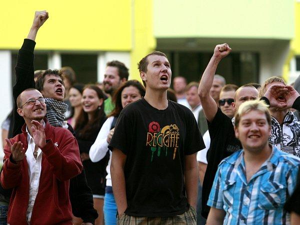 Hloučky demonstrantů dorazily na sídliště Máj, kde proti sobě postávaly sRomy a pokřikovali na sebe.