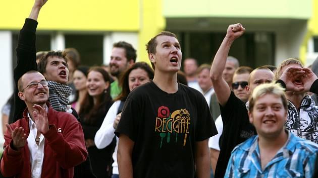 Hloučky demonstrantů dorazily na sídliště Máj, kde proti sobě postávaly s Romy a pokřikovali na sebe.