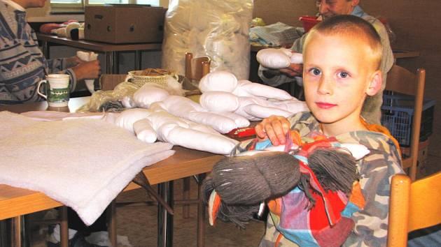 Borovanské ženy se na šití panenek pro UNICEF scházejí pravidelně na jaře a na podzim už sedmým rokem. Ke stovce hraček, které mají na kontě, přidaly další tuto sobotu.