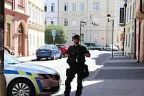 Zásah policistů a hasičů v Široké ulici u Biskupského gymnázia 2. června 2021, kde byl nalezen podezřelý balíček.