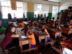 Učí africké děti.