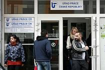 Českobudějovický pracovní úřad praská od začátku roku ve švech. Nově totiž začal vyřizovat některé sociální dávky, pro které si dřív lidé chodili na magistrát. Přijímání žádostí je zdlouhavé, klienti proto musejí čekat i několik hodin.