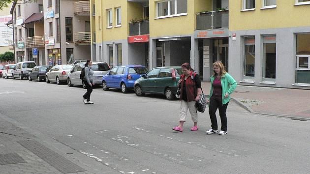 Přechod v Holečkově ulici v Českých Budějovicích považuje českobudějovický magistrát za zrušený. Obnovovat se nebude.