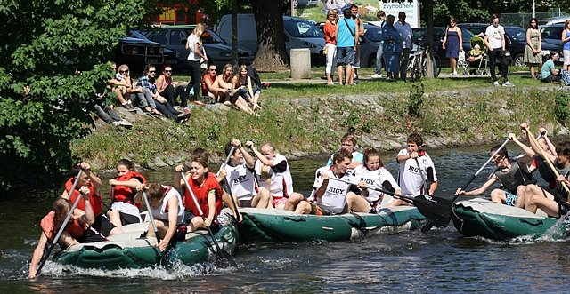 Na slepém rameni Malše se uskutečnil třetí ročník sportovní soutěže  Raftové primátorky. Na vodě se utkali studenti budějovických gymnázií.