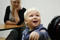 Při unikátní mikrochirurgické operaci zachránili českobudějovičtí plastičtí chirurgové dva prsty patnáctiměsíčnímu chlapci Vojtíškovi Kočí (na snímcích s maminkou Petrou Gábovou).