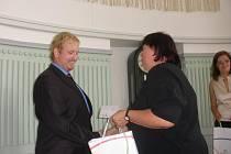 Jaroslav Růžička přijímá odměnu od Jany Krejsové z krajského úřadu.