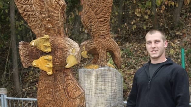 Jan Ambrož z Týna nad Vltavou ve volném čase tvoří sochy ze dřeva. Vyřezává je motorovou pilou. Nejčastěji tak ztvárňuje zvířata. Jeho cílem přitom je co nejvíc se přiblížit realitě.