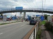 Opravy lávky nad vozovkou zúžily v Českých Budějovicích Strakonickou ulici pro řidiče.