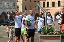 Turisté se osvěžují na českobudějovickém náměstí