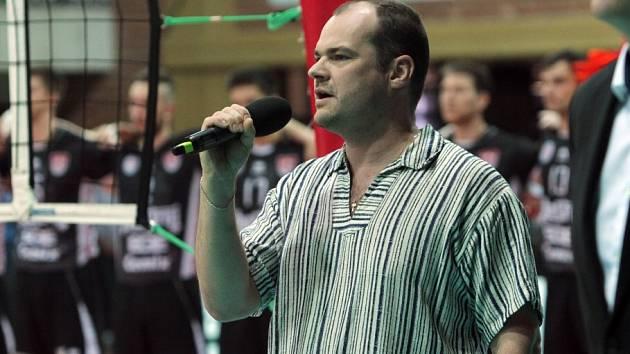 HYMNA. Aleš Voráček, sólista opery Jihočeského divadla, při zpěvu státní hymny před utkáním.