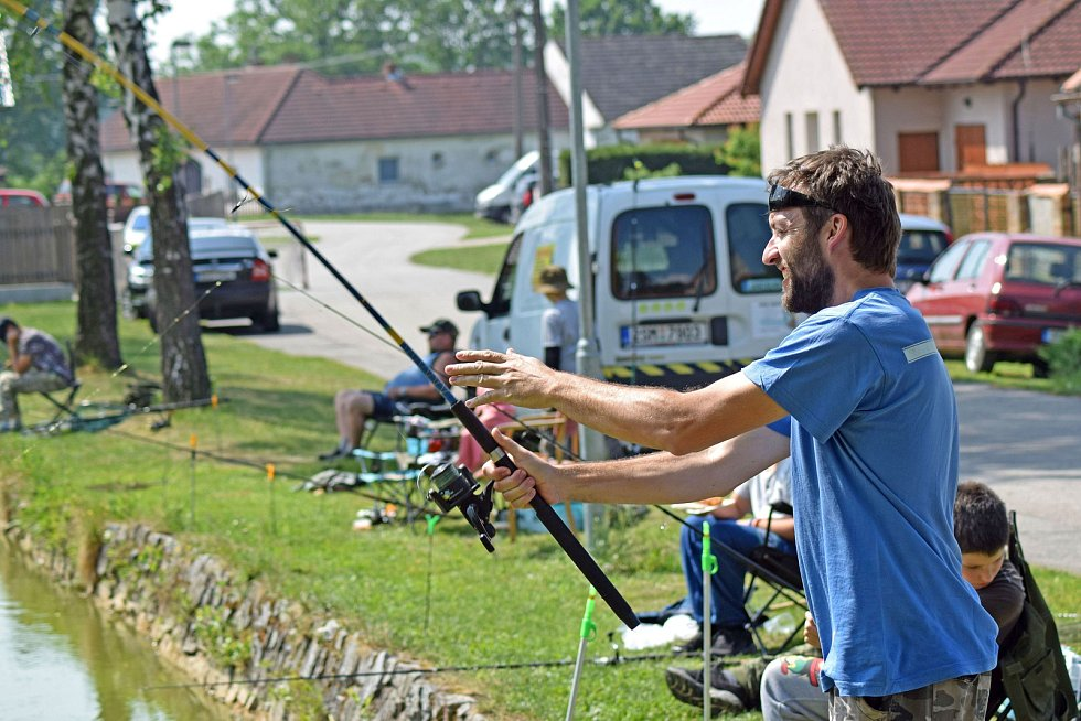 Čtyřiatřicet rybářů se v sobotu utkalo v Nákří o ČEZ kapra a Nákeřského kapra.