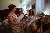 Vysvědčení bez známek si odnesly v pátek děti z waldorfské základní školy. Na prázdniny se těší ale všechny děti stejně, ať už domu přinesly jedničky nebo slovní hodnocení.